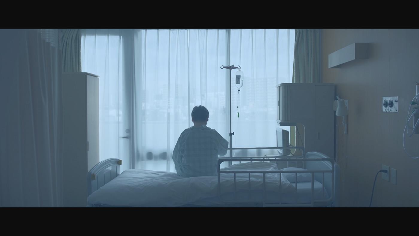 病院のベッドに座る女性